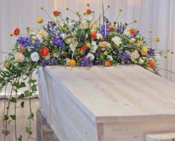 kleurrijk-tuinboeket-voor-op-kist-afscheidmetbloemen